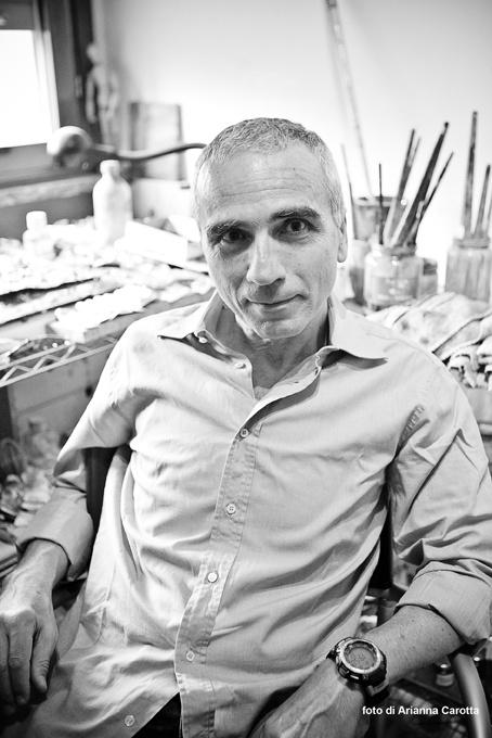 """Valerio Cassano, nato a Napoli nel 1949.  Il titolo della sua mostra è """"La storia"""".  E' visitabile gratuitamente presso il Museo Diocesano fino al 6 settembre."""