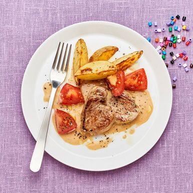 Brukar du laga kyckling med dragonsås? Då kan du bredda repertoaren och variera med fläskytterfilé nästa gång. Det möra köttet passar perfekt till en snabblagad dragonsås, som dessutom görs i samma panna som köttet. Servera med klyftpotatis och en god tomatsallad.
