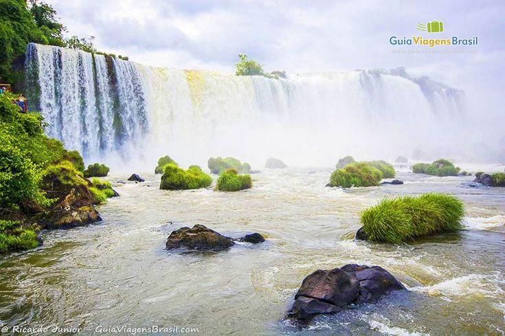 O Parque Nacional do Iguaçu tem dois lados: o Argentino e o Brasileiro. Para ninguém brigar, visite os dois!! :) Saiba mais >>> http://www.guiaviagensbrasil.com/blog/6-motivos-especiais-para-colocar-foz-do-iguacu-na-sua-lista-de-destinos/