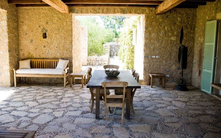 Cielorraso con vigas de madera piedra blanca pared y piso for Pisos para patios interiores