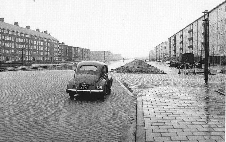 Amsterdam. Een eenzame Renault Quatre in de Rivierenlaan. '50er jaren. In 1964 werd dit de John F. Kennedylaan.