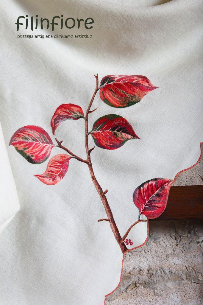 #tovaglia ricamata a mano, bianca, con #foglie rosse. #ricamo #filinfiore