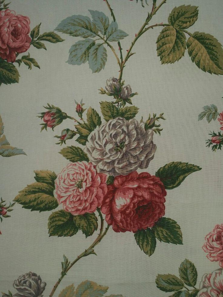 Reprezentativní bavlněná textilie s motivem královny květin. Působivý motiv růží na světlém podkladu, velice kvalitní tisk na pevné bavlně.  Celková