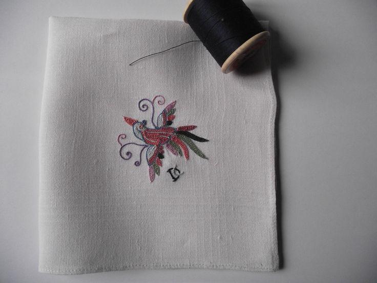 Mouchoir brodé au point de Beauvais. Motif (site de Mary Corbet ) http://www.needlenthread.com/2012/06/free-hand-embroidery-pattern-little-bird-of-paradise.html