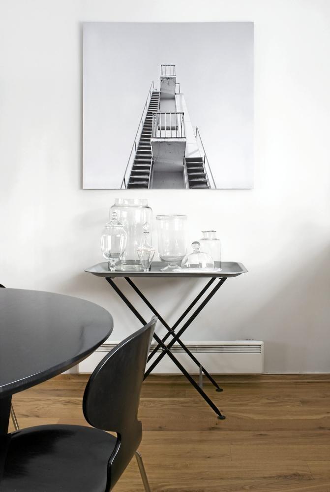 MONOKROMT: Fotografiet av stupetårnet på Ingerstrand bad er ved Numi Thorvarsson. Glassbeholderne utgjør et sart stilleben til hverdags, men fylles opp av fargesprakende godterier og kaker i høytidene.