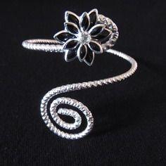 bracelet de bras en fil aluminium argenté et sa fleur noire