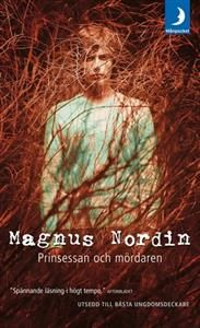 Titel: Prinsessan och mördaren - Författare: Magnus Nordin 21 st En ung kille hittas vid en soptipp. Han lever, men har utsatts för sexuella övergrepp och strypförsök. Samtidigt pågår det vanliga livet i förorten: Markus är kär i Nina som är kär i Jajje, Teo skiter i skolan och Lenita intrigerar. Vad är det som händer under ytan? En skrämmande realistisk thriller för unga vuxna om hur hemligheter och lögner förgiftar och förstör