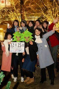 12月25日クリスマスイエスキリストの降誕を記念する日  キリストがこの日に生まれたという確証はなくローマの冬至を祝う太陽の祝日と結び付けられたものと言われています  日本では1874年に最初のクリスマスパーティーが開かれ現在では宗教を越えた年末の国民行事となっています   さて本日の美人カレンダーはFDH美女グループ積雪の功のみなさんです  詳しくはQBC 九州ビジネスチャンネルをご覧ください