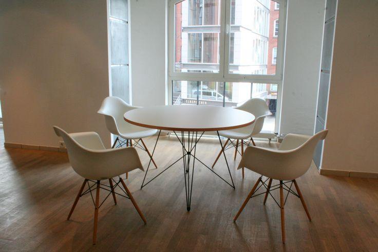 Kundenreferenz Magis Tavolo xz3 Tischgestell, Tischplatte Anfertigung Tischlerei und Vitra Eames Armchair DAW
