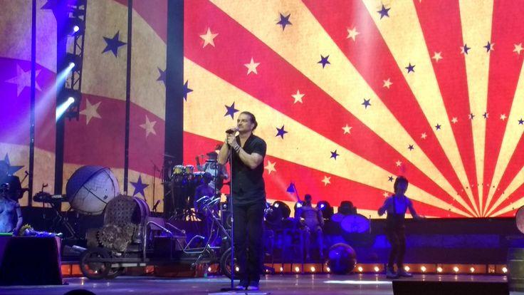 Las barras y las estrellas se adueñan de mi bandera..y nuestra libertado no es otra cosa que una ramera...y si la deuda externa nos robó la primavera! Al diablo la geografía se acabaron las fronteras!!