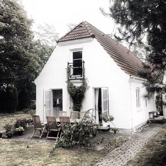 You know I love e v e r y t h i n g about Denmark, and I must admit I am a bit envious of Norwegian stylist Per Olav Solvberg who has rented that perfect house north of Copenhagen. That would be my dream vacation. Lucky guy! You can follow him here, when he's exploring …