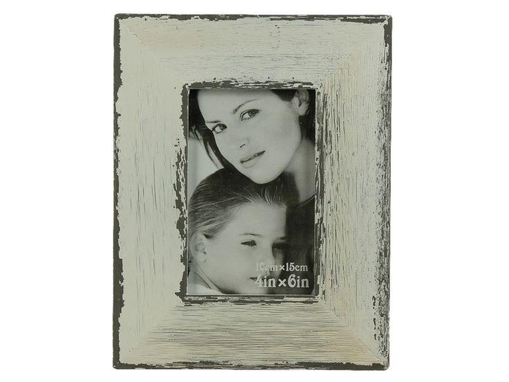 Surpriza din gama de decoraţiuni interioare o constituie rama foto albă antichizată din lemn cu dimensiunea fotografiei 10X15 cm