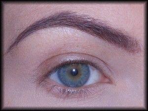1. Zaczynam od podkreślenia brwi. Dzięki temu zapewnię oczom ładną, wyrazistą oprawę.