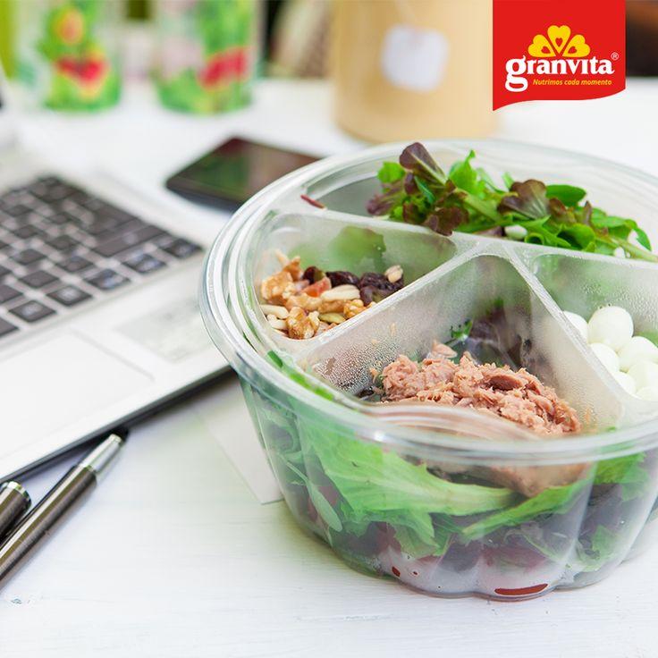 Prefiere comida saludable en tu escritorio, así si comes por ocio o ansiedad no estarás rompiendo la dieta. 😉