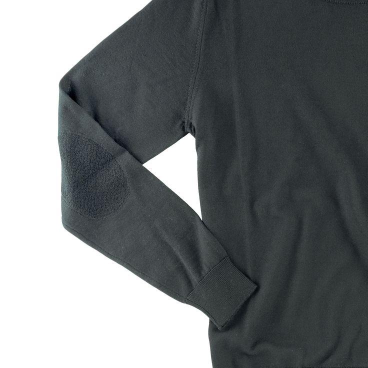 dettaglio toppa in tono sulla manica, maglia modello GIOTTO, colore nero, disponibile nelle taglie M-L-XL-XXL, lana merinos extra-fine, 100% made in italy