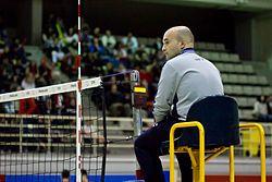 Situación que ocupa el primer árbitro en un partido de voleibol.  Fuente: Wikipedia.