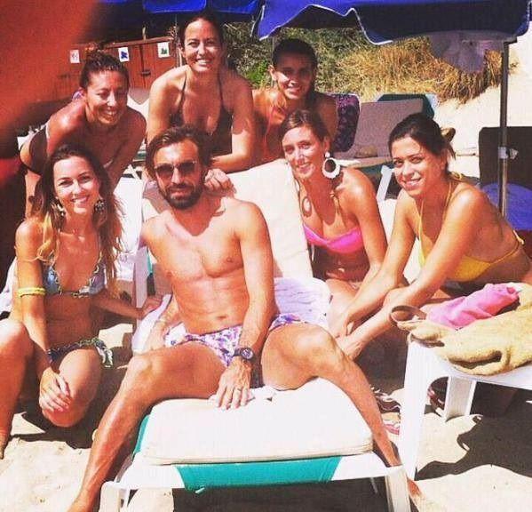 Reprezentant Włoch otoczony pięknymi kobietami na plaży • Andrea Pirlo na co dzień nie narzeka na brak zainteresowania • Zobacz >> #pirlo #football #soccer #sports #pilkanozna
