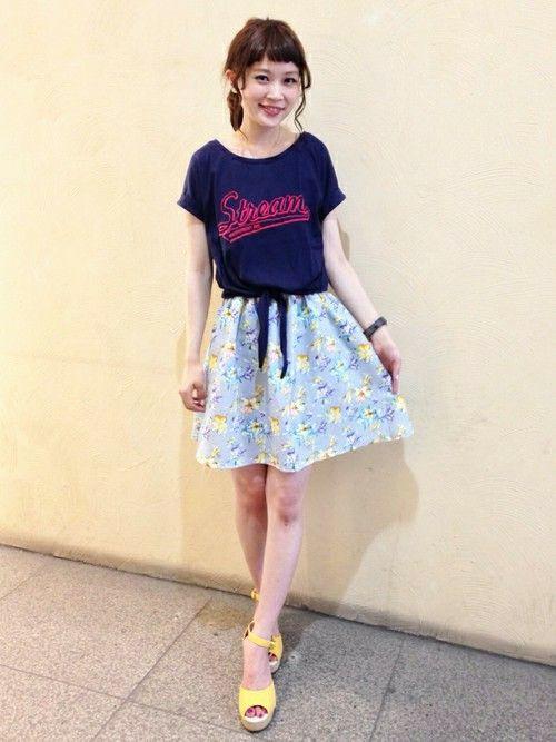 花柄スカートにロゴTあわせ♪ ♡ガーリーなファッション スタイルのコーデまとめ♡