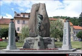 Es un memorial de personas, que luchado por  la verdad. Está en la plaza, en el centro del  plaza.