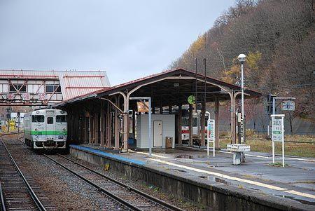 単行列車が並んで停まっている。長いホームを持て余すかのように、駅がもっと賑やかだった時代を思い返すように。2013/11 網走駅 JR釧網本線4729D緑行(キハ40形)・3727D快速しれとこ釧路行(キハ54形)© 2010 風旅記(M.M.) 風旅記以外への転載はできません...