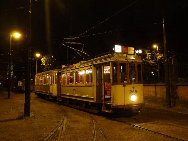Zaterdagavond 22 september 2012 vindt de traditionele Avondrit plaats. Om 19.30 uur vertrekken er diverse historische trams vanuit het Haags Openbaar Vervoer Museum (HOVM) voor een mooie rondrit van ongeveer 2 uur door Den Haag. Natuurlijk is een rit in een historische tram op zich al een belevenis, maar 's avonds overtreft de sfeer zichzelf. Wie dat nog niet eerder heeft beleefd, moet dat zeker komen ervaren.    www.hovm.nl