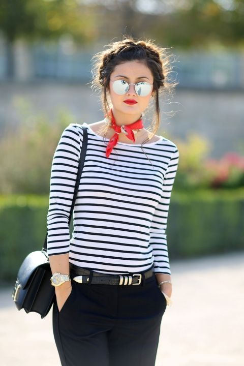 Marineshirt mit rotem Halstuch - tolle Idee! Die Frisur zum Stil lieben wir übrigens auch! Setz auch einen farblichen Hingucker in deine schlichten Outfits! Stripes Shirt / Navy Shirt / Striped Longsleeve / Red Scarf #spring2017 #springfashion #fashionspring | Stylefeed