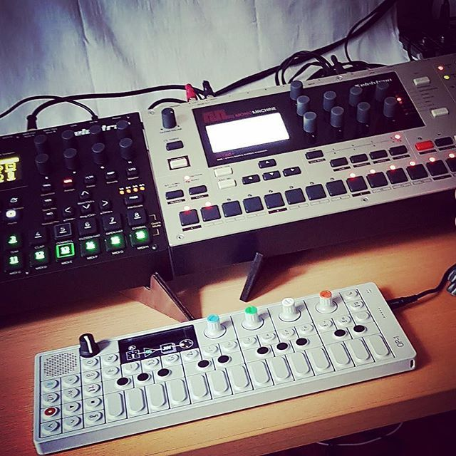 KOSMO: Two stands in one! http://cremacaffedesign.com/kosmo/ ・・・ Repost @kono0377  #elektron #digitakt #monomachine #teenageengineering #op1 #synthaddict #synthesizer #electronicmusic #cremacaffedesign #kosmostand What a great combination 🤘🤘🤘🤙🤙🤙😈😈😈