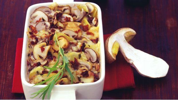 Zapečené brambory se směsí hub můžete podávat jako samostatné jídlo, které potěší nejen vegetariány, ale s úspěchem ho lze použít jako výbornou přílohu k masu.