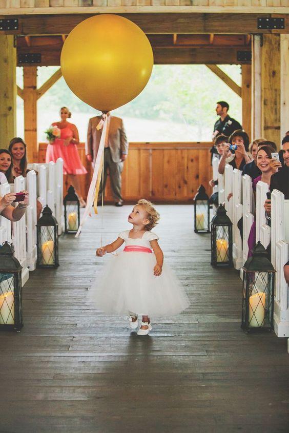 Un detalle sencillo y hermoso es utilizar globos de colores que resalten Tu Boda, como en esta fotografía.