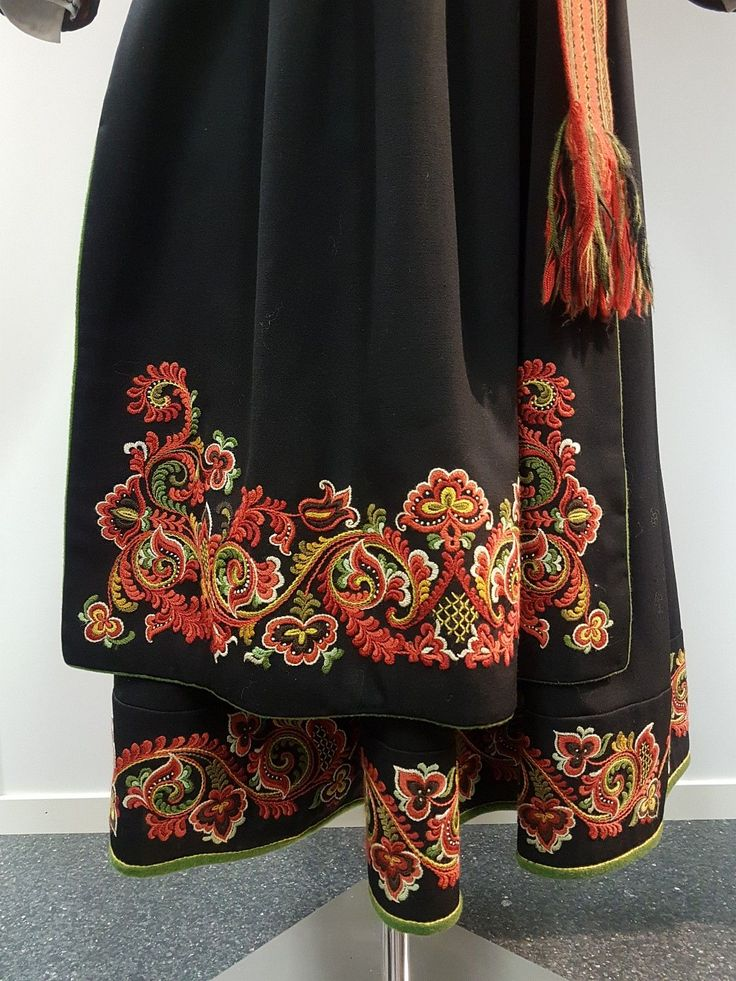 Øst Telemark damebunad med skjorte og jakke. Anne bamble-modell. Pent brodert og montert. Størrelse 40-42.