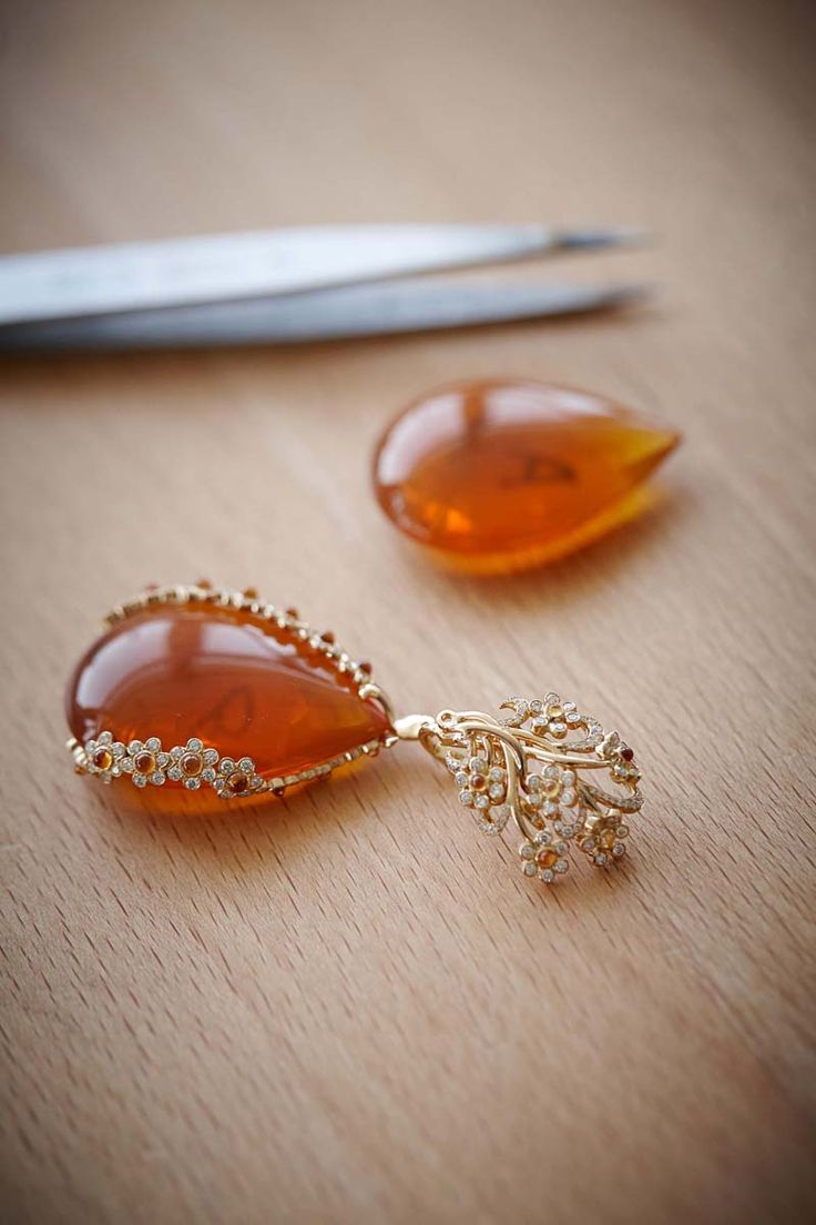 - <b>Earrings</b> in 18ct rose gold featuring two fire opals totaling 113.8cts– Mandarin garnet cabochons (3.1cts)– colored sapphire cabochons and brilliant–cut diamonds – <b>Ref.: 849851–5001</b>