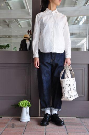 """YAECA(ヤエカ)というファッションブランドがあります。 服部哲弘と、井出恭子の2人のデザイナーにより、""""日用品""""のように"""" 必然的にシンプル""""なデザインを作るというコンセプトのブランド。今季トレンドの白シャツを生かしたコーデをご紹介します。"""