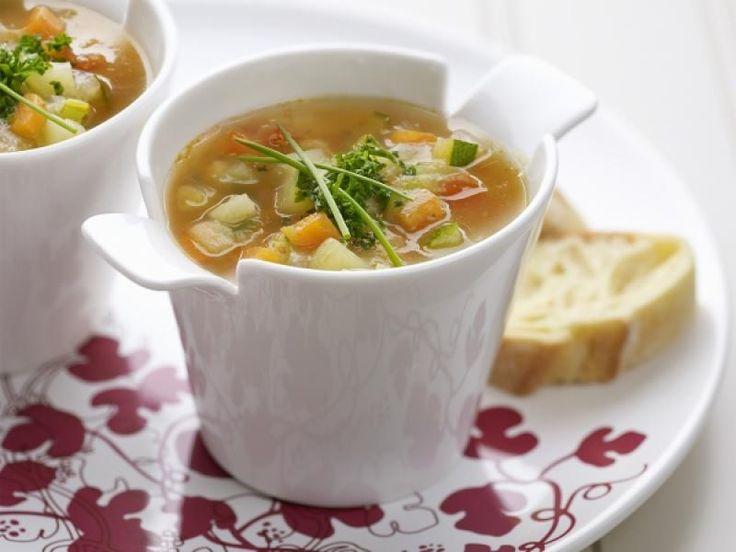 Een heerlijke maaltijdsoep is ideaal voor op een koude winteravond. Haal je restjes kip, groenten en vlees uit je koelkast en maak er een lekkere, stevige soep van! Voeg een van de extraatjes toe voor meer smaak. Hou je meer van een klassiek soeprecept? Klik dan hier!