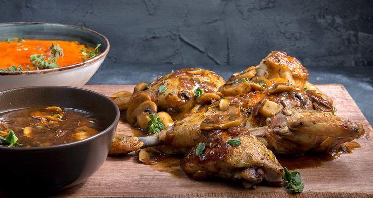 Το κοτόπουλο του κυνηγού από τον Άκη Πετρετζίκη. Φτιάξτε ένα τέλειο κυρίως γεύμα, κοτόπουλο με σάλτσα μανιταριών! Σερβίρετε με αφράτο πουρέ γλυκοπατάτας!