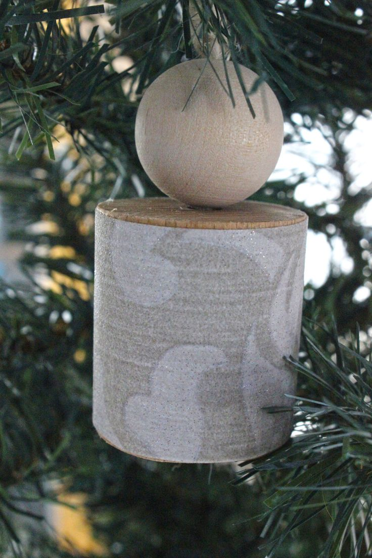 Decorazione natalizia da appendere all'albero di Natale fatta in legno naturale e carta da parati grigia con decoro brillante. di IlluminoHomeIdeas su Etsy