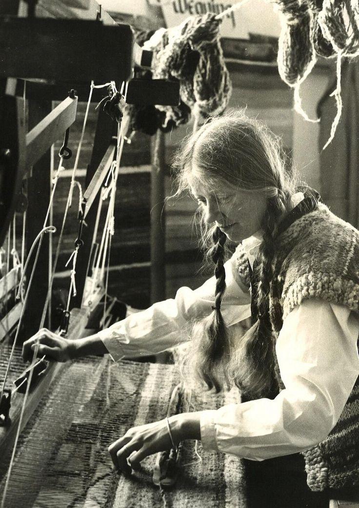 Mary Harbinson demonstrating weaving in 1980