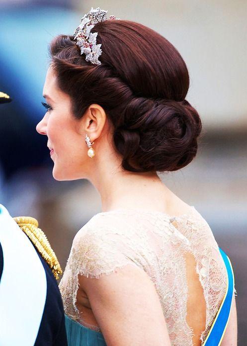 Fantastic 1000 Ideas About Tiara Hairstyles On Pinterest Wedding Tiara Short Hairstyles Gunalazisus