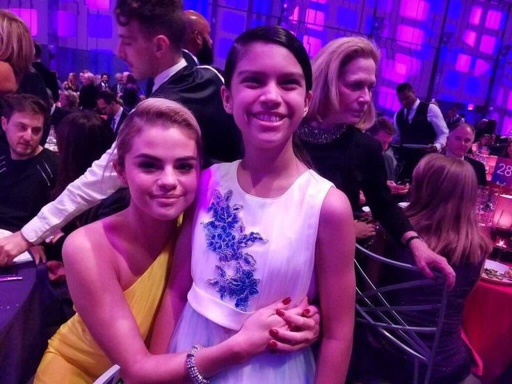 Selena Gomez with a Fan at the Lupus Research Gala  @selenagomez con una Fan en la Lupus Research Gala  #SelenaGomez #Selena #Selenator #Selenators #Fans