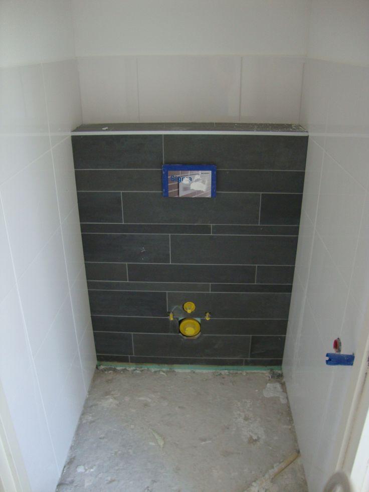 Mosa stroken mix verwerkt op de voor en bovenzijde van de wandcloset rest van de wanden zijn - Opnieuw zijn toilet ...