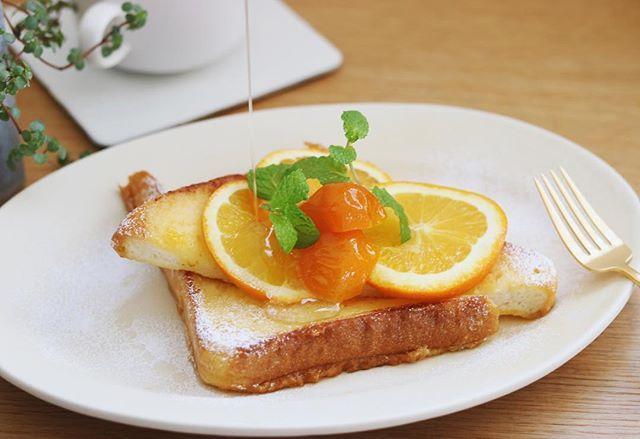 Good morning.2016.2.9 ・ ・ French toast. ・ ・ オレンジと金柑のシロップを添えたフレンチトースト。オレンジ絞った液に漬け込み、仕上げのシロップは金柑シロップ、お砂糖と白ワインで煮詰めたシロップ美味しい❤︎ ・ ・ とうとう娘のクラスは学級閉鎖。3日間休みだよT_T朝から娘は自分の部屋を模様替えしだして忙しない火曜日~_~;。。 みなさんも体調に気をつけてくださいね! ・ コメント遅れてます後ほど❤︎