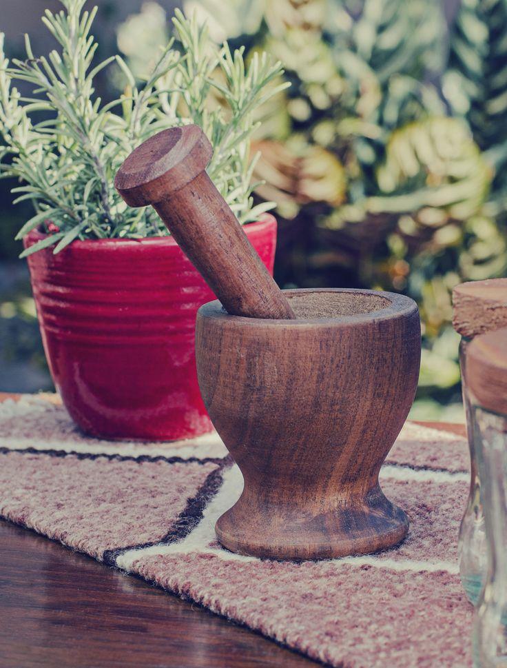 Mortero de madera hecho a mano | Maceta de cerámica artesanal esmaltada. Plantín de aromática. Tapiz tejido en telar con lana de oveja teñida con tintes naturales. (Obra Inspiración Sustentable)