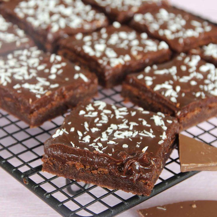 Lite lätt kladdig mjölkchokladbotten med en krämig mörk chokladtryffel & kokos på toppen. Magiskt gott!