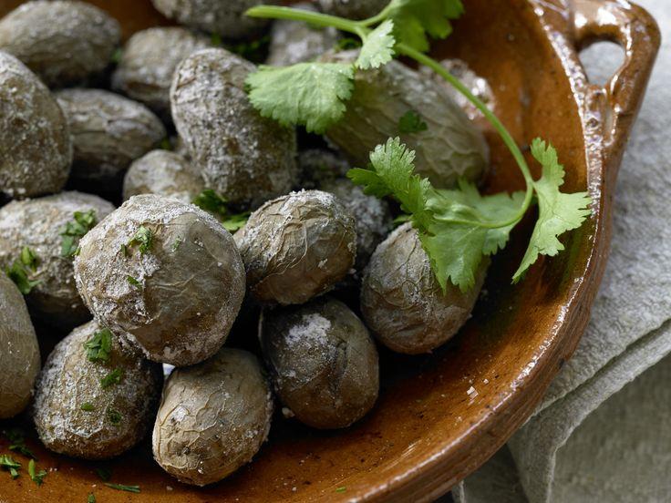 Kartoffeln in der Salzkruste - auf kanarische Art - smarter - Kalorien: 144 Kcal - Zeit: 25 Min. | eatsmarter.de Als Beilage oder Hauptgericht ein Hit.