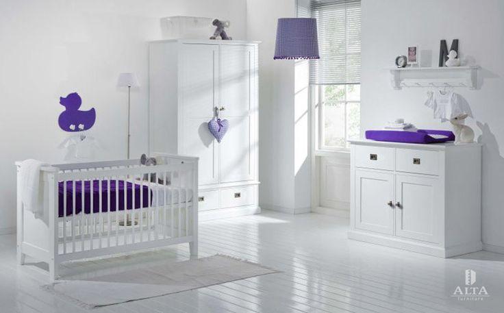 Hier ist das Babyzimmer in sehr hellem Ton gehalten. Die #Kinderzimmermöbel (#Babybett und #Kommode) sind in snow white deckend lackiert. Stark farbiges #Accessiores - #Bettwäsche, #Bettlaken - bringen die warmen Nuancen.