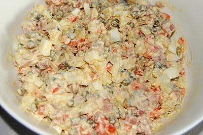 Olivje - salat med kokt skinke, poteter, egg, majones, rømme og kokte grønnsaker
