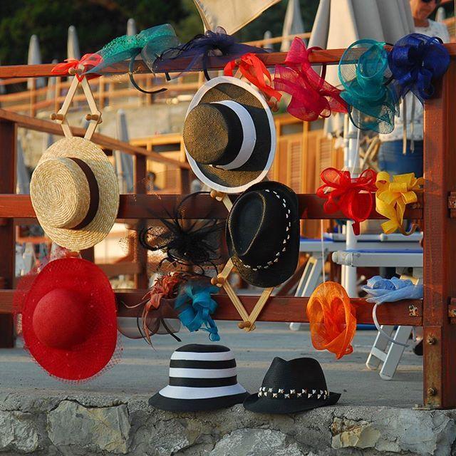 La mia esposizione di cappelli tutti fatti a mano con materiali scelti con cura... #fascinator #cappelli #hat #matrimonio #instaitalia #instaitaly_photo #instaitalian #instaitalia #cappello #bolero #cloche #moda #ragazza