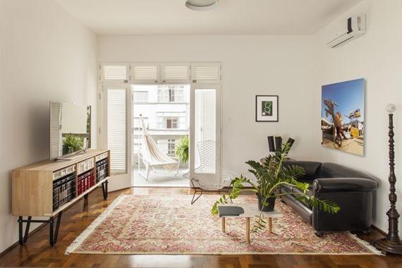 A coisa mais bacana deste loft é que ele é completamente flexível. Os ambientes podem ganhar outros usos sempre que os moradores quiserem, como por exemplo a mesa de bilhar que vira mesa da sala de jantar no dia a dia.