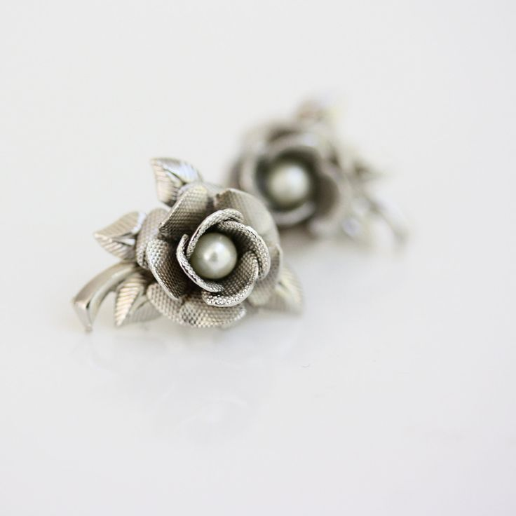 Flower Stud Earrings, Swarovski  Pearl, Small Bridal earrings, Silver leaves, Post earrings Wedding Jewelry, ROSE STUD EARRINGS.