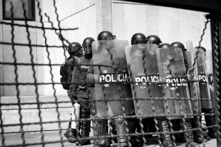 Bogotá, Colombia.  Ph : Santiago Rodriguez @santyrodriguez26 / Tejiendo Memoria  Esmad prepara operativo para desalojar la Plaza de Bolivar.  #TejiendoMemoria #HistoriasDeMiAldea #Bogotá #streetphotography #Colombia #disturbios #protestas #Paro #ESMAD #capturas #Photojournalist