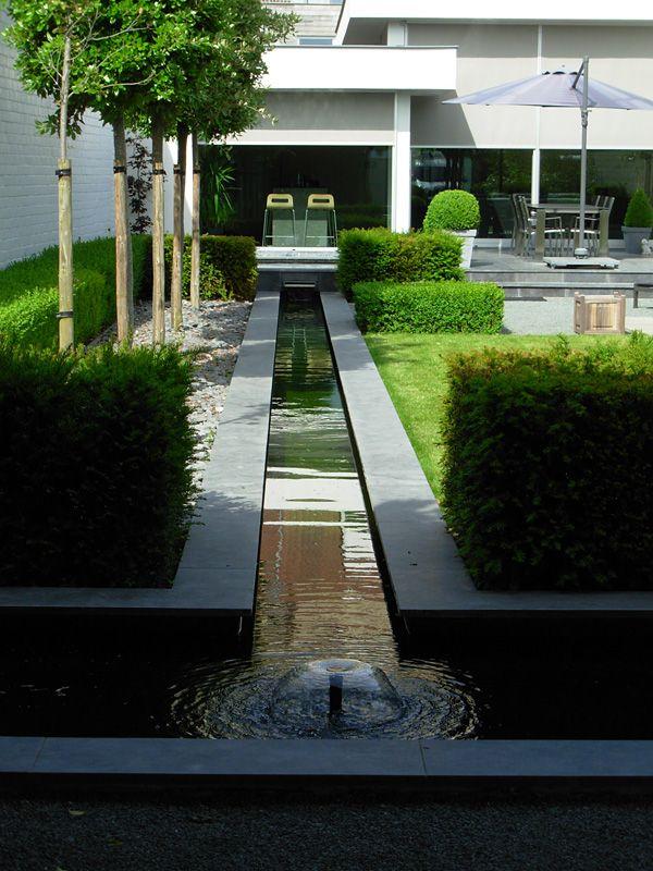 Smal waterkanaal kan eventueel als verbinding tussen for Moderne waterpartijen tuin